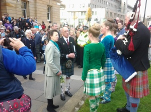 Seo bana-phrionnsa  Anne agus Ian MacLeoid (An Comann Gàidhealach) a' bruidhinn ris na dannsairean - Princess Anne with the president of the Mòd greeting the Highland dancers